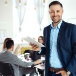 Jak uniknąć modowego faux pas w pracy? Wybierz odpowiednią koszulę